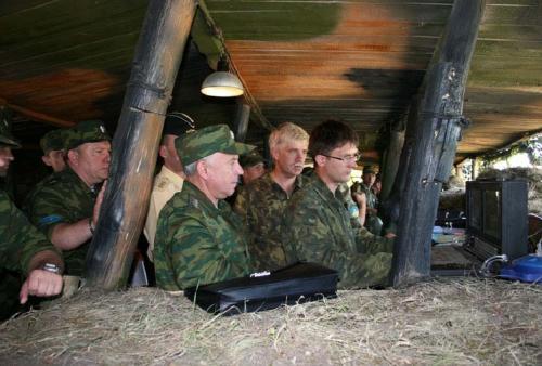 Рисунок 2. Генералы Николай Макаров и Владимир Шаманов наблюдают за работой комплекса «Элерон»
