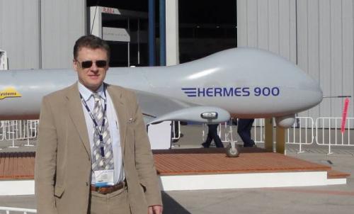 Владимир Воронов на фоне БЛА Hermes 900